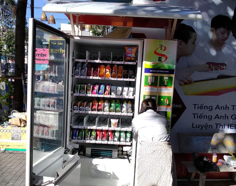 Khai thác máy bán hàng tự động tại trung tâm tiếng anh