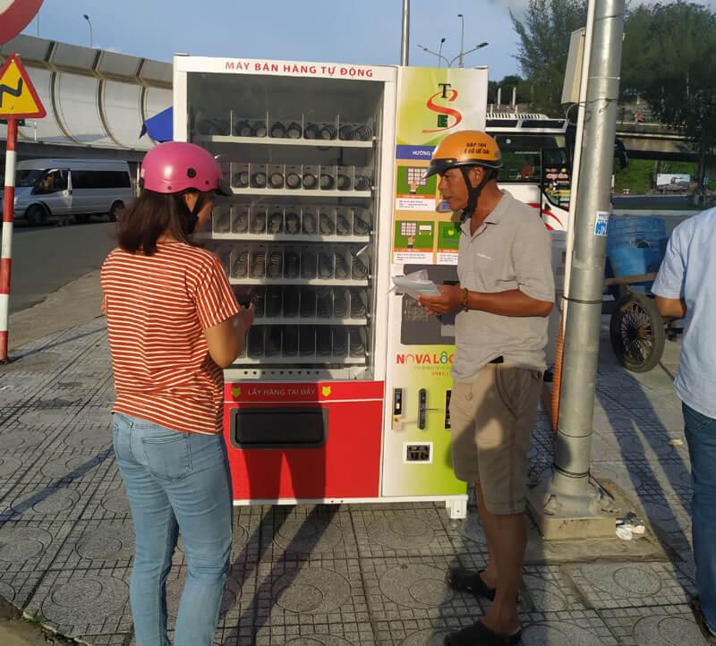 Máy bán hàng tự động lắp ở ngã tư Hà Tiên