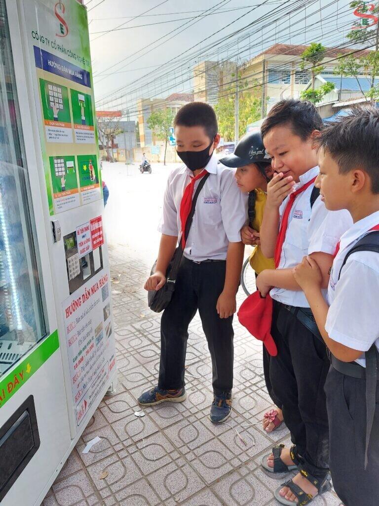 Máy bán hàng tự động trong trường học